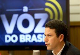 Ministro do PSDB, investigado na Lava Jato, ameaçou deixar o governo Temer mas recuou; levou 200 mil em dinheiro da JBS
