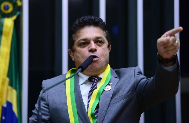 Deputado moralista que tem pedido de prisão é o resumo do impeachment de Dilma
