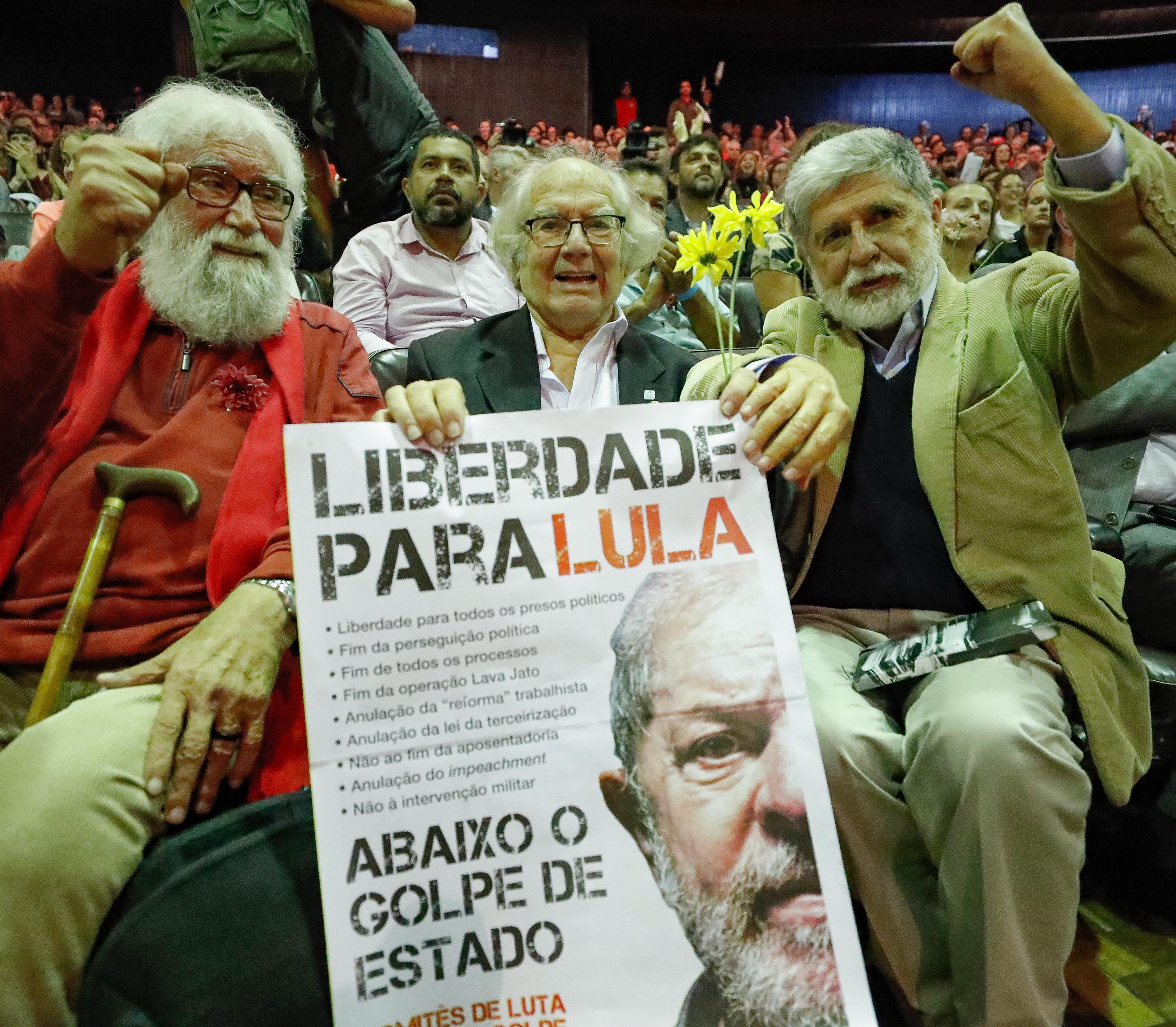 """Boff chora ao gravar mensagem para Lula: """"Negaram a nossa humanidade e a tua""""; assista"""