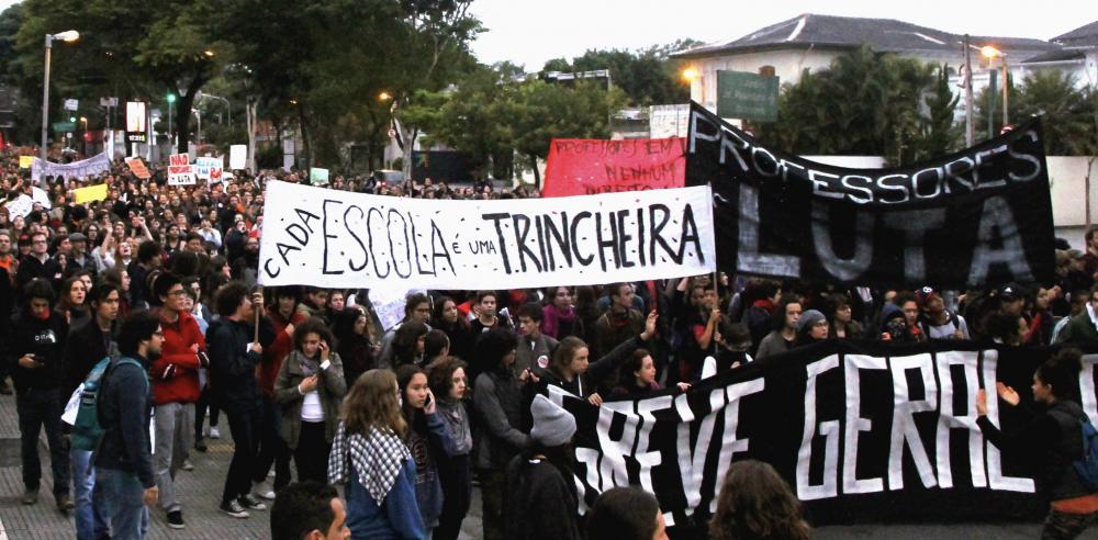 Professores de escolas particulares entram em greve em SP contra arrocho patronal