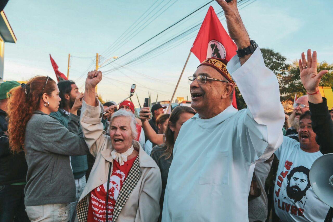 Monge Barros: Lula mandou dizer a vocês que está consciente de ser vítima de armação política