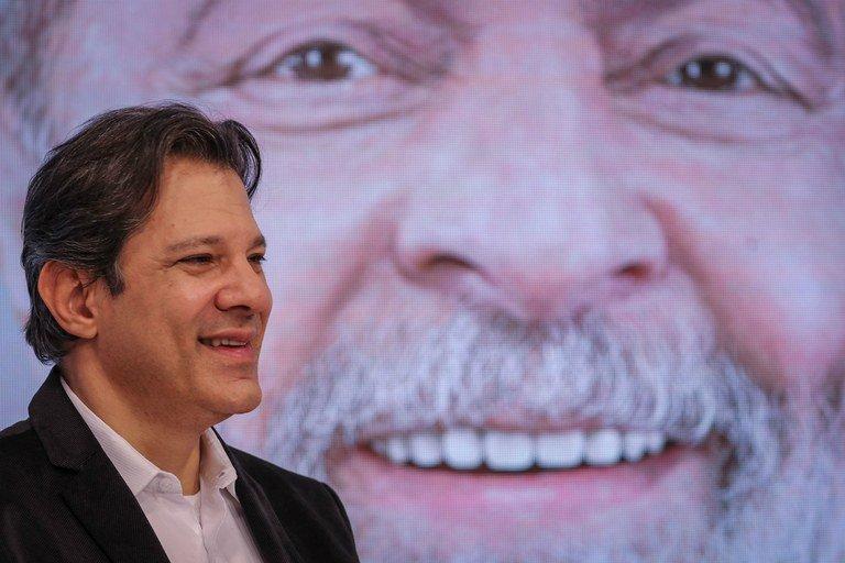 """Haddad vê legalização das milícias como próximo passo e Lula pede que arma seja """"carteira de trabalho"""""""