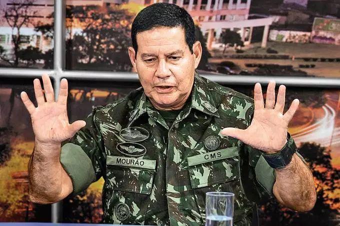 Olavo diz que contribuição de militares ao Brasil se resume a cabelo pintado e voz empostada