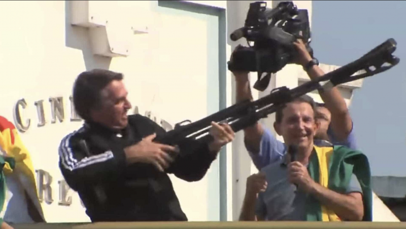 Editor do Guardian define Bolsonaro como pistoleiro do agronegócio e das mineradoras