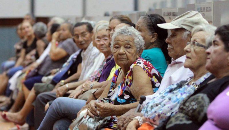 """Hildegard Angel: Na receita Bolsonaro, idosos aposentados são """"párias sociais"""""""