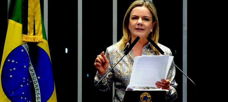 Gleisi: Incabível Bolsonaro dizer que médicos cubanos trabalham em regime de escravidão e oferecer asilo político; ouça