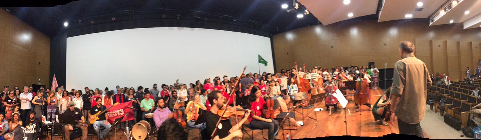Em Brasília, músicos e plateia unem-se contra o fascismo, pela democracia e o amor; veja vídeos