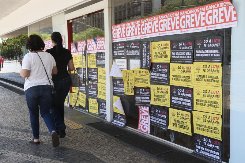 Bancos embolsaram R$ 354 bi só em juros no ano passado, enquanto 62% dos brasileiros estão endividados