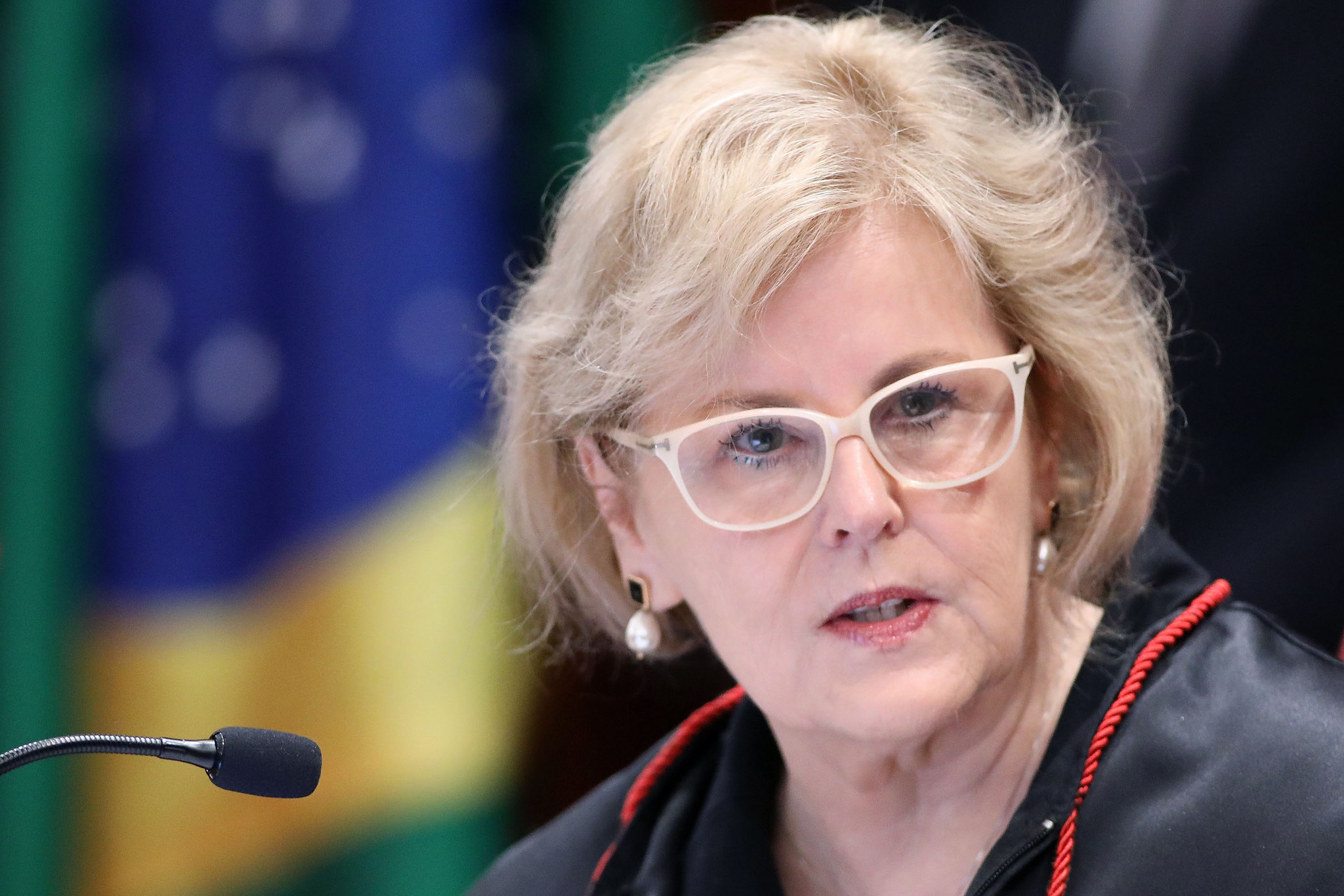 Um ano após banir o amianto no Brasil, STF ainda não publicou sentença; Rosa Weber diz que sua parte já foi liberada; para Fernanda Giannasi, 'escárnio'