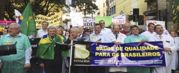 AMB e CFM calam-se diante da dispensa do Revalida para médicos brasileiros formados no exterior e estrangeiros