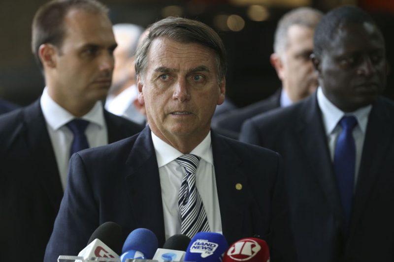 O Globo localiza casa de motorista de Flávio Bolsonaro: não parece ser de quem movimenta R$ 1,2 milhão em um ano