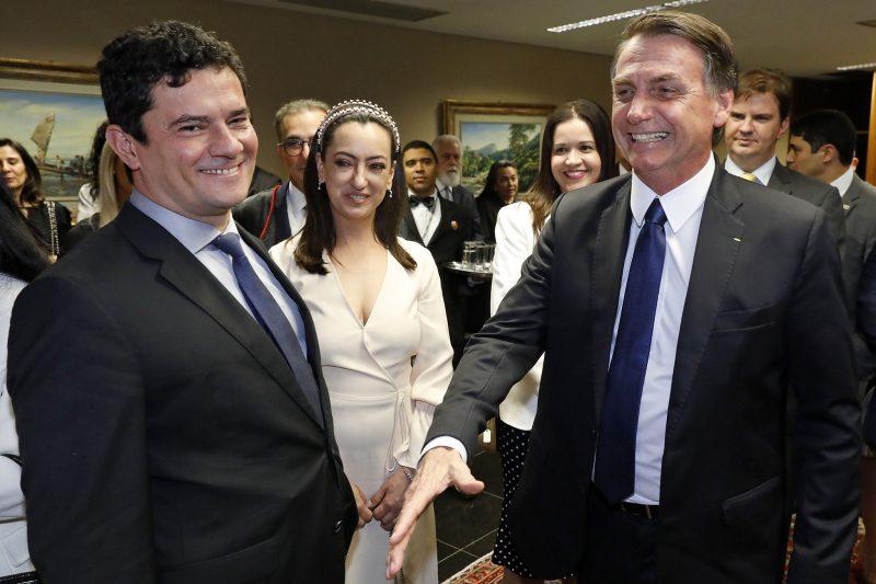 Lula bate Bolsonaro em expectativa, e governo de extrema-direita toma posse com oposição popular à sua principal proposta