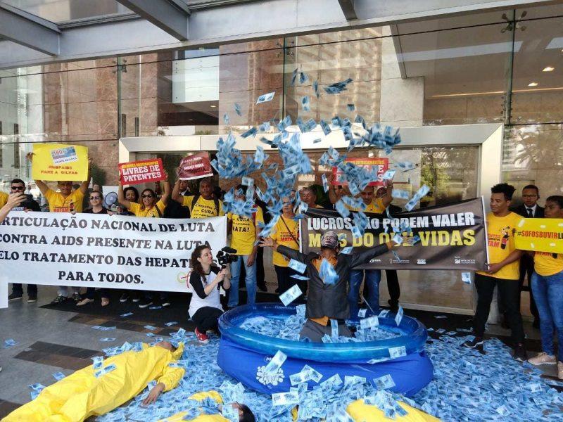 Crime de lesa-humanidade: Gilead barra acesso a genérico contra hepatite C e deixa 15 mil brasileiros sem tratamento