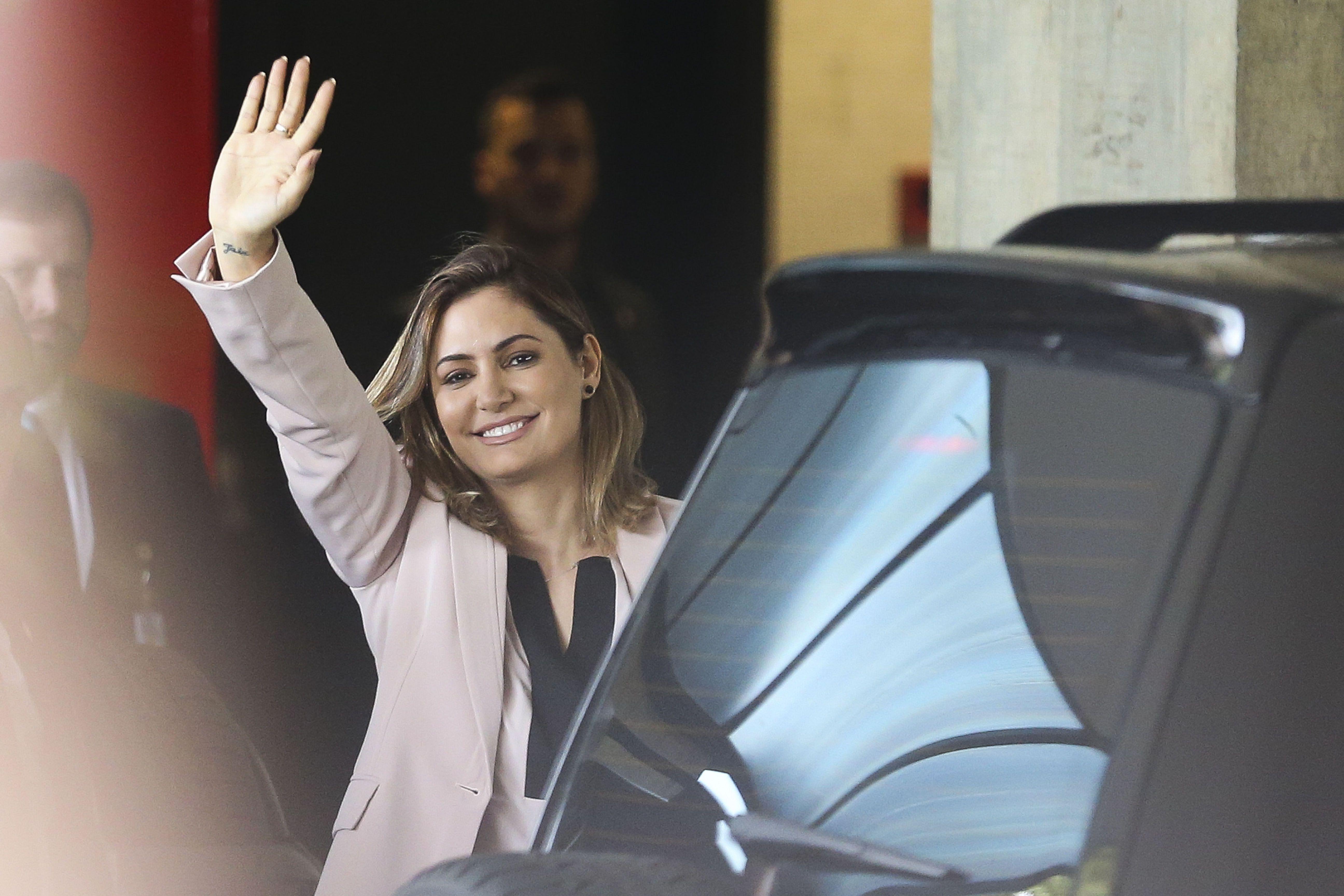 """Motorista de Flávio Bolsonaro que movimentou R$ 1,2 milhão e pagou R$ 24 mil à futura primeira dama diz que """"não sabe de nada"""""""