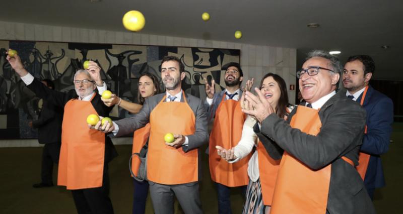 Além de buscar foro, ministro do laranjal quer tirar do ar 13 reportagens da Folha