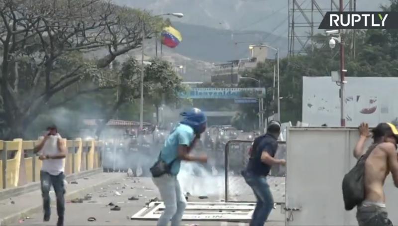 John Pilger: A guerra contra a Venezuela foi construída sobre as mentiras que a mídia espalhou no mundo