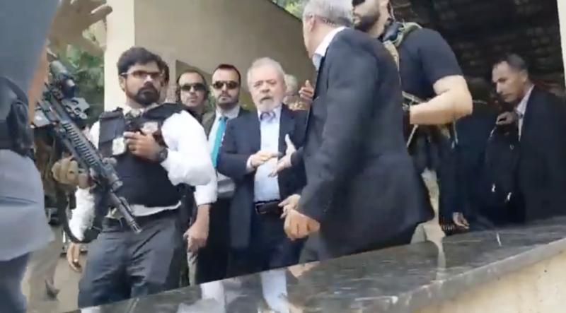 """Lula se despede chorando do neto Arthur; deputado do PT enxerga """"retrato de um país doente"""" em uniforme de policial; veja as imagens"""