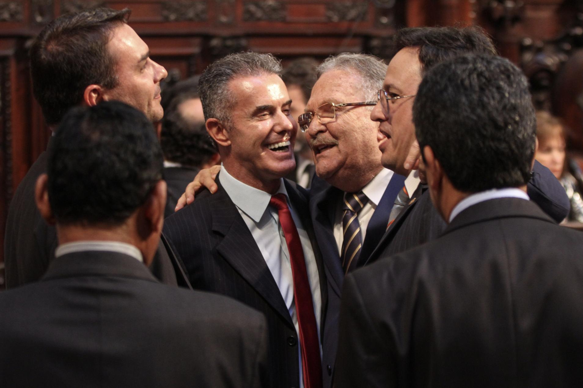 Carlos Bolsonaro ataca vitória da Mangueira com corrupção de preso que é de seu próprio partido