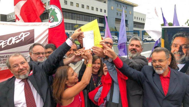 Juízes manifestam solidariedade a Lula e dão injeção de ânimo na militância; veja vídeo