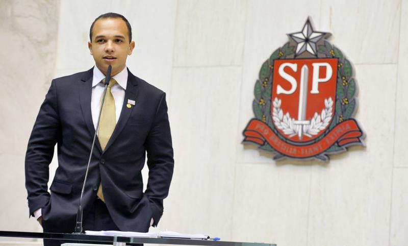 Deputado do PSL que ameaçou estapear trans no banheiro assume que é gay