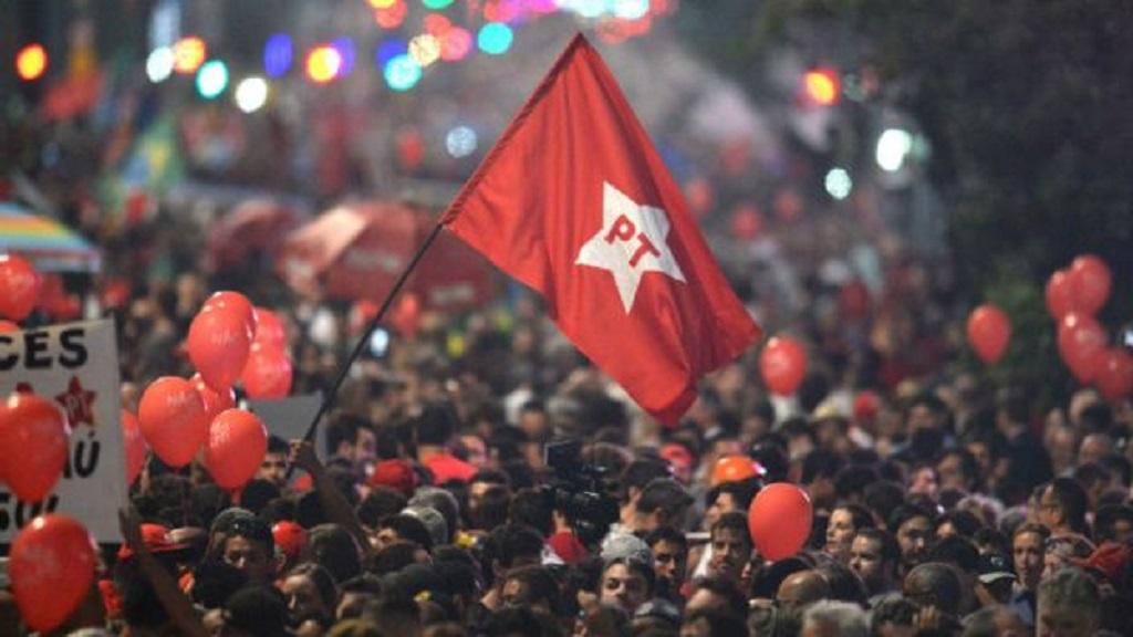 Manifesto: 'Para tirar o PT, classes dominantes atacaram a democracia, abalaram as instituições e quem sofre é o povo'
