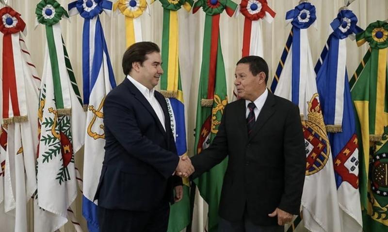 Mourão à espreita enquanto Bolsonaro enfrenta tsunamis