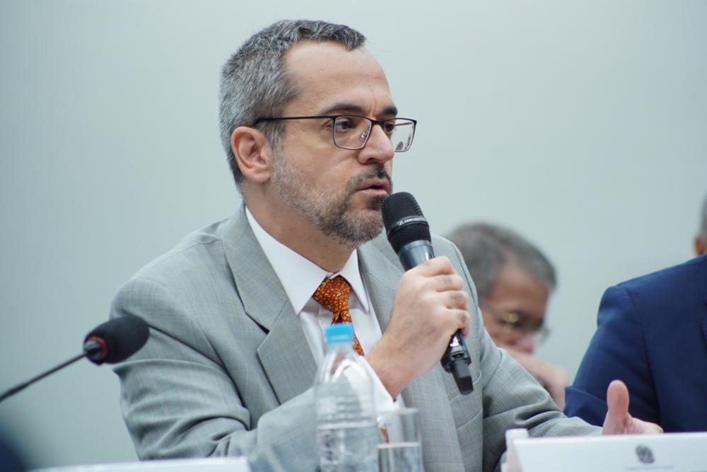 """Maia ataca Weintraub no dia em que ele recebeu comenda de Bolsonaro e ficou calado na PF: """"Desqualificado"""""""