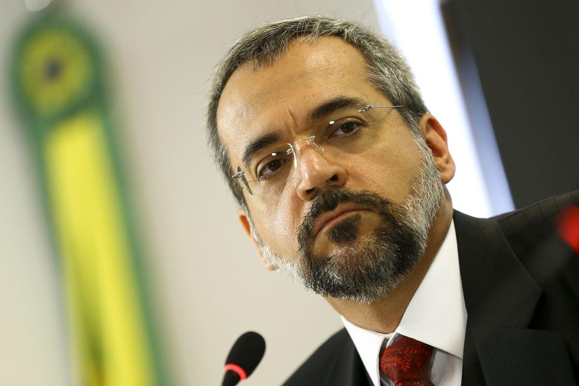 Reitoria da UFRJ senta a pua em ministro da Educação idiota