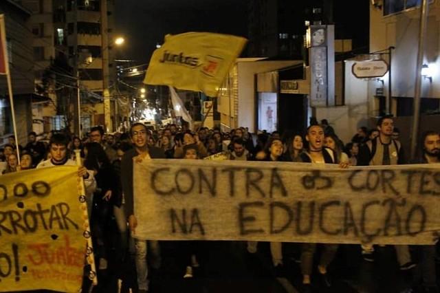 Justiça dá 72h para governo Ratinho Jr explicar os cortes na Educação; a ação é da UPES-PR