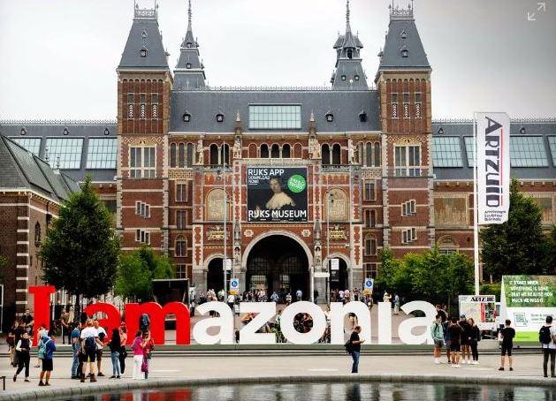 Pela preservação da Amazônia, Greenpeace reinstala letreiro famoso de Amsterdã