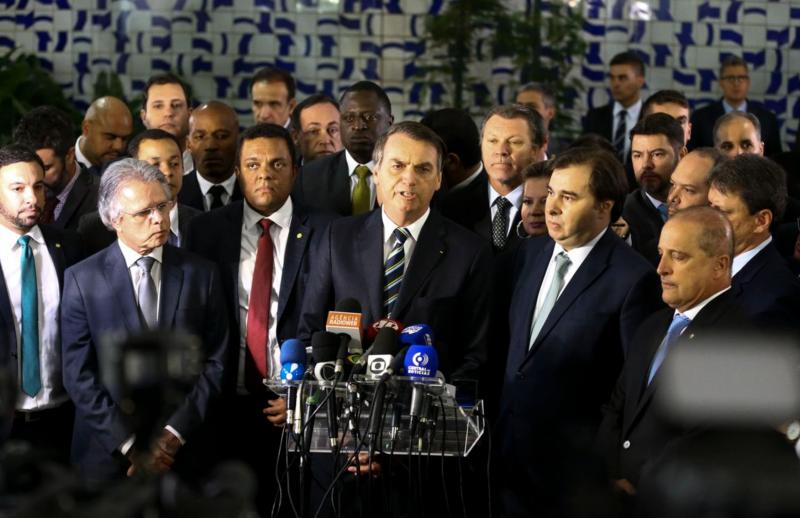 Freixo pergunta se Bolsonaro não agiu em causa própria, beneficiando Michelle e Flávio, ao dobrar pontuação para suspender carteira