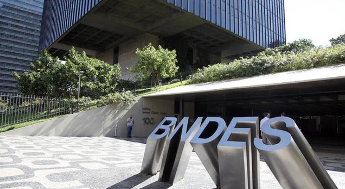Bolsonaro asfixia BNDES para acabar de vez com a soberania do Brasil