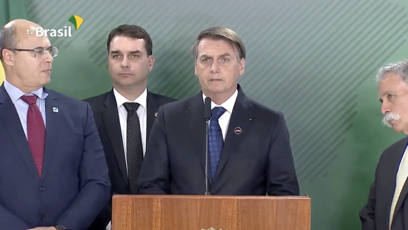 Enquanto Bolsonaro cria falsas polêmicas, acelera esquartejamento da Petrobrás — na contramão do mundo