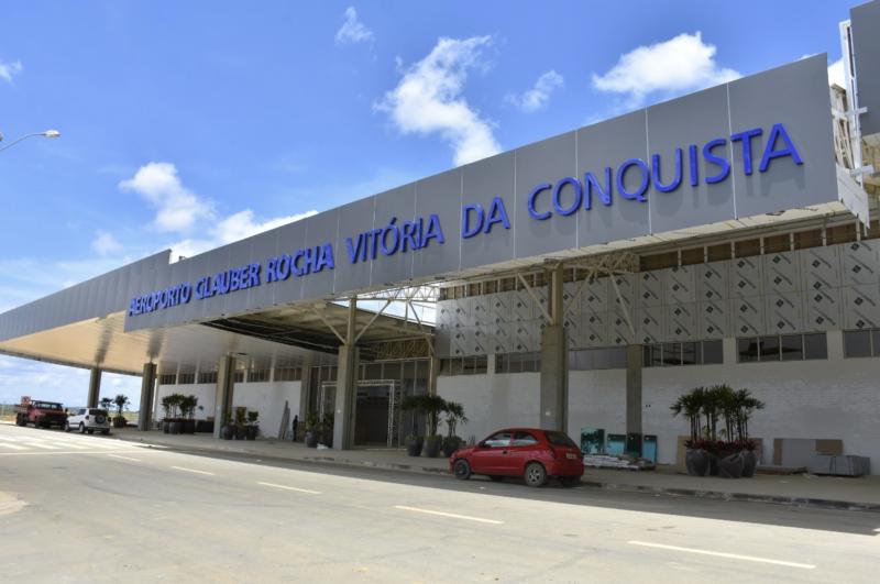 Gleisi diz que aeroporto de Vitória da Conquista é obra de Lula e Dilma, Wagner acrescenta Temer, mas diz que Bolsonaro não fez nada
