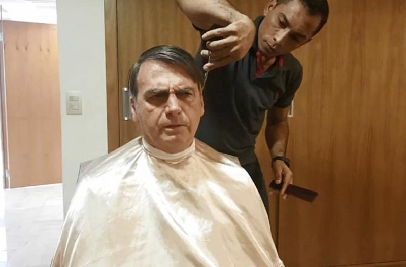 Bolsonaro afirma ter mexido em cargo-chave da PF, mas Moro diz que não foi nada disso