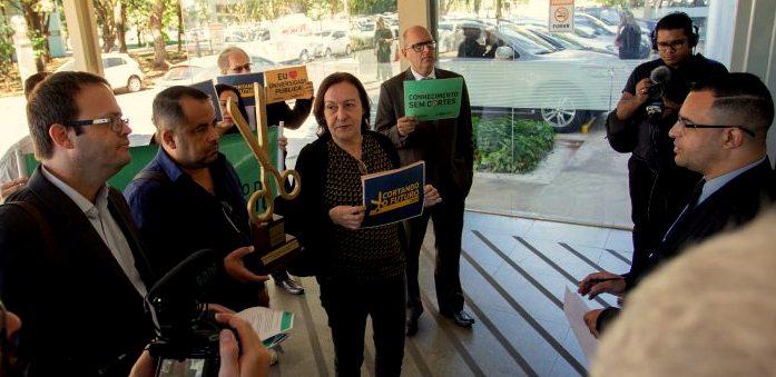MEC passa cadeado na porta e impede professores de entregarem troféu Cortando o Futuro 2019 a Weintraub;  vídeo