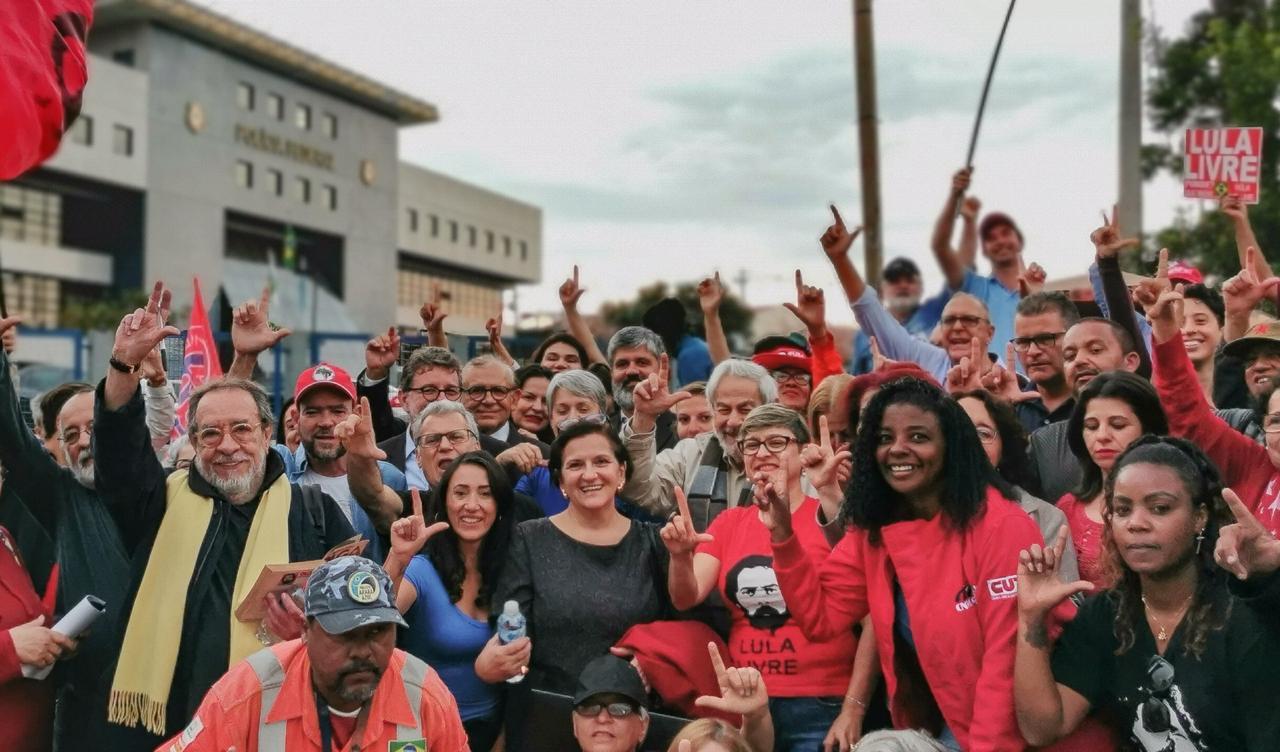 Fernando Morais e Raduan Nassar entregam a Lula carta de juízes a favor de sua liberdade já e revisão dos processos; vídeos e fotos