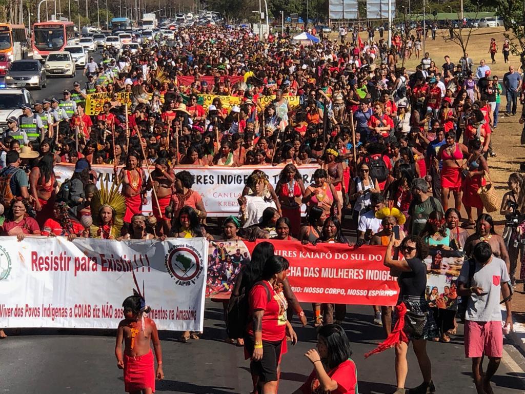 Mulheres indígenas marcham em Brasília em defesa do atendimento diferenciado na saúde e da demarcação de terras