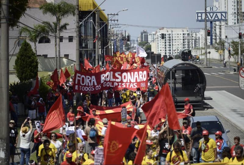 Passeata por Lula Livre em Curitiba passa diante do prédio da Havan com faixa de Fora Bolsonaro