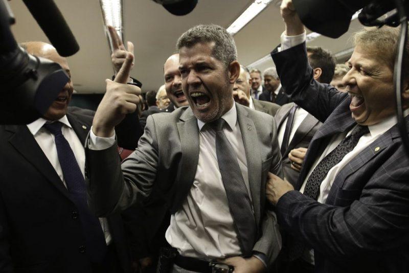 """Depois de """"apaga, é melhor apagar"""", delegado líder do governo diz que não tem sujeira só no quintal do PSL, mas também no de Bolsonaro; vídeo"""
