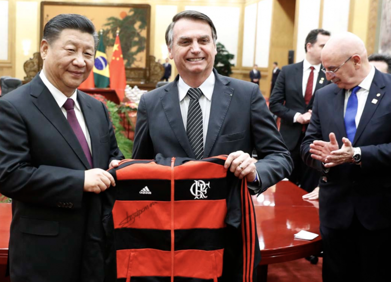Camisa do Flamengo que Bolsonaro deu a Xi vai custar  caro ao motorista brasileiro