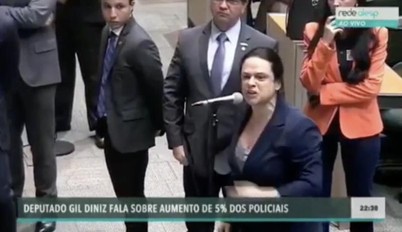 """Janaína chama aliado dos Bolsonaro de """"bandido"""" em bate boca na Alesp; vídeo"""