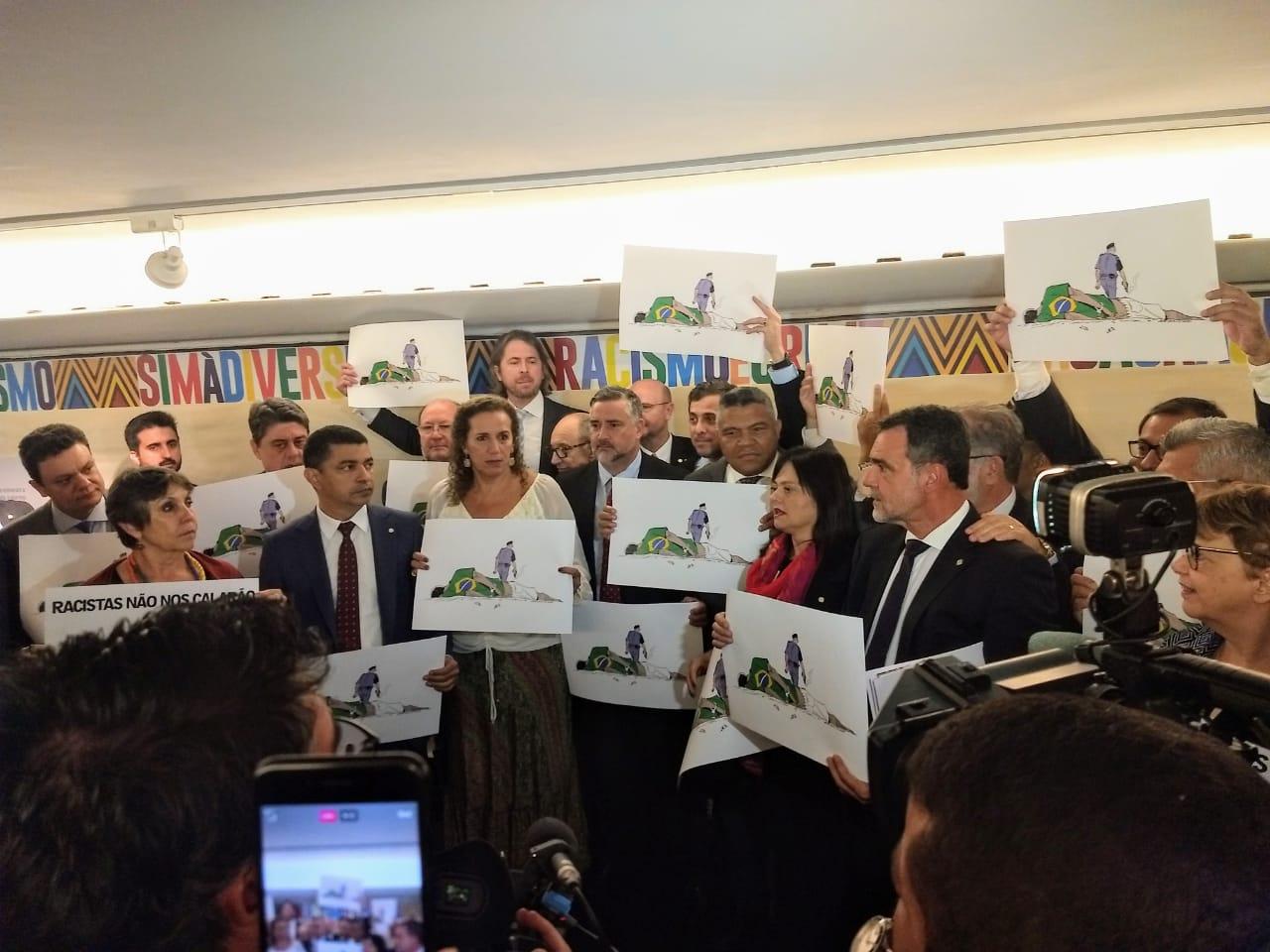 Parlamentares de oposição protestam contra vandalismo do deputado Coronel Tadeu; vídeo