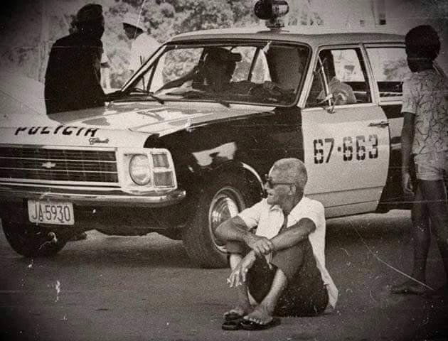 Quando a polícia invadiu o ensaio da Mangueira no Rio e o mestre Cartola, impedido de sambar, protestou contra o sistema