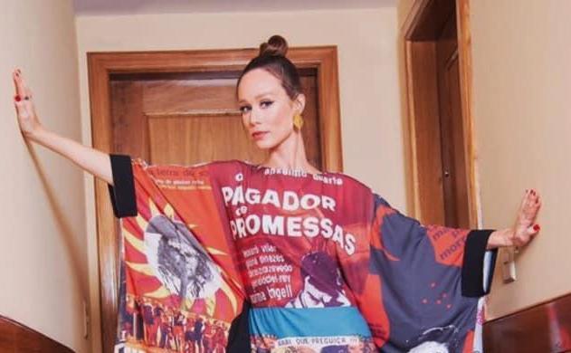 Na abertura do Festival do Rio, a atriz Mariana Ximenes protesta, exibindo no vestido a história do cinema nacional