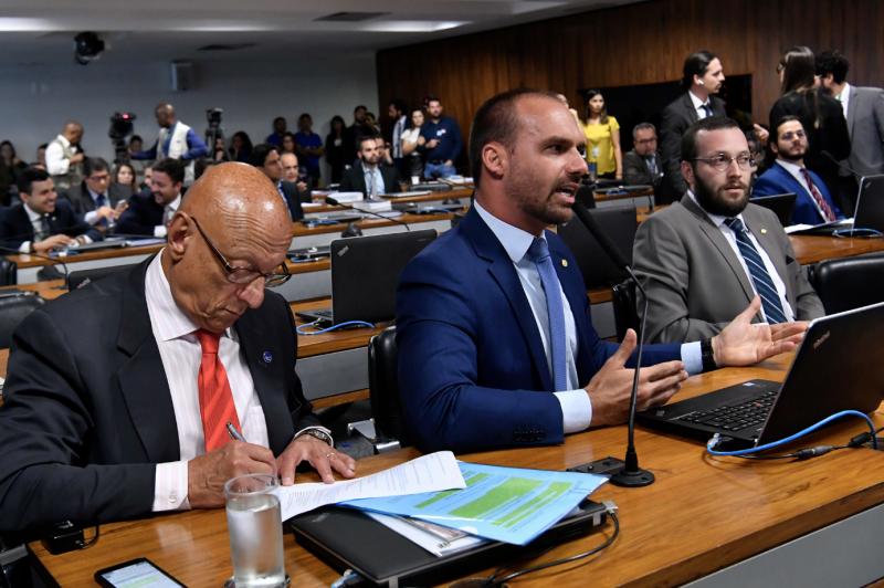 Renato Rovai: Bolsonaristas mobilizam racismo contra testemunha e misoginia contra repórter para não falar sobre morte de Adriano