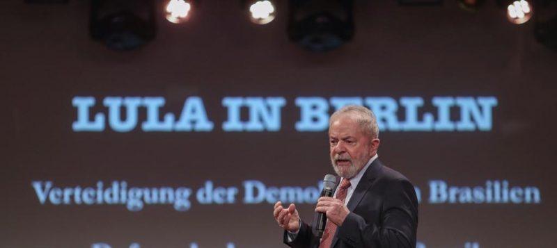 De Berlim, Lula dá lição a Bolsonaro: Se não sabe, aprenda; Brasil só sai da crise com investimento público e democracia; vídeo
