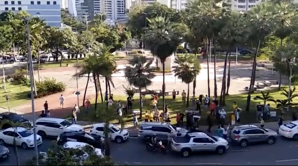 Mesmo com fila por UTI e 20 mortos em um dia, carrões de bolsonaristas vão às ruas de Fortaleza pelo fim do isolamento; vídeo
