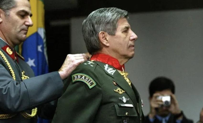 Roberto Bueno: Brasil vive sob regime militar, em trânsito para ditadura aberta