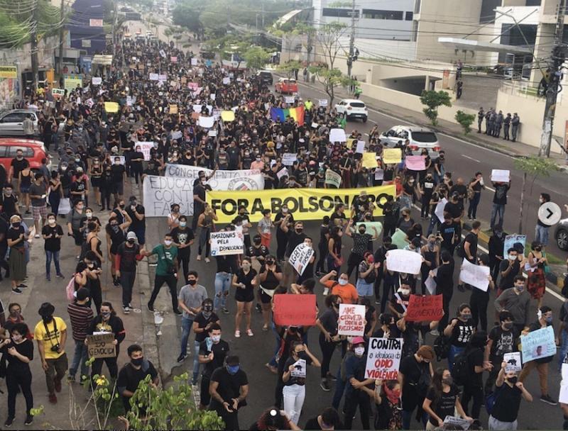 """Brasil passa das 30 mil mortes por coronavírus e manifestantes em Manaus cantam que """"Bolsonaro vai cair""""; vídeo"""